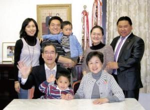 福井勇夫・智也子さんご夫妻(前列)とご家族