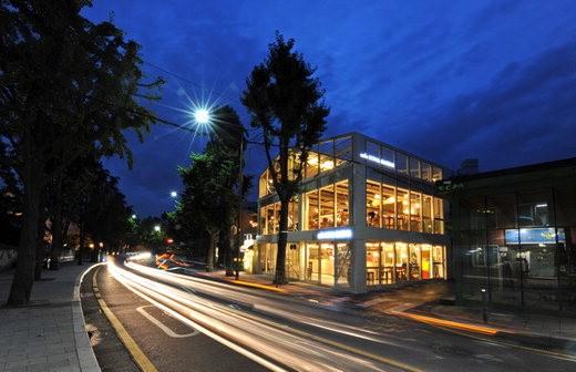 ▲ハワイから輸入した豆で下した1万ウォンのコーヒーを味わうことができるカフェコナクイーンズソウル三清洞店全景。