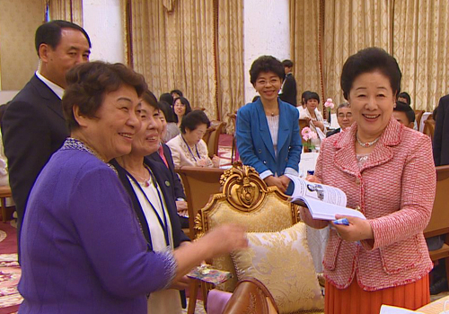 加平天正宮博物館では韓鶴子総裁(右)が著者の直筆サインの入った「偉大な女性」を手渡されて喜ばれた。