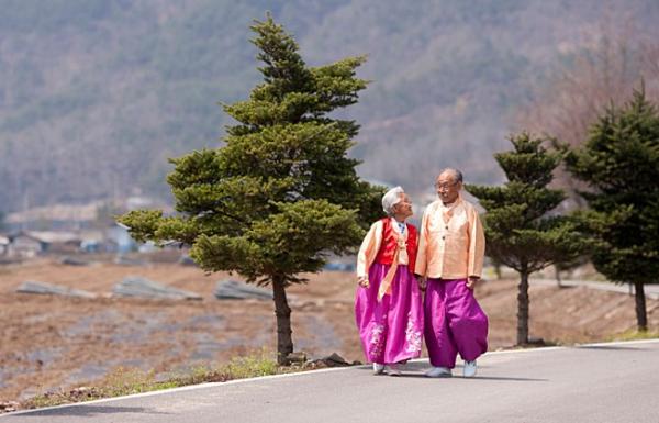 ▲ 老夫婦(98才の夫と89才の妻)の愛と離別を描いた映画、「あなた、その川を渡らないで」が家族と愛という普遍的なテーマを取り扱い、全ての世代から幅広い支持を受けている。©毎日宗教新聞