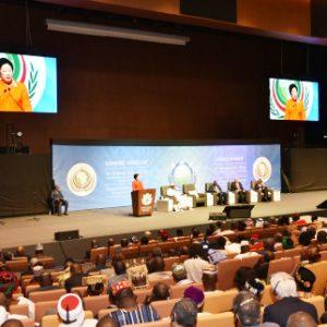 セネガルの首都ダカールの国際センターで開催されたアフリカサミットで基調演説をする韓鶴子総裁=1月18日(セゲイルボ紙提供)