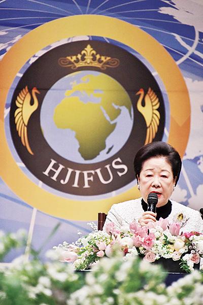 オープニングセッションで講演する韓鶴子総裁 =23日午前、韓国ソウル市内のホテル