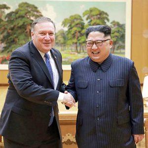 ポンペオ米国務長官(左)と金正恩朝鮮労働党委員長=9日、平壌(AFP 時事)