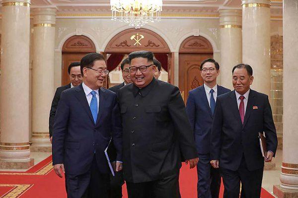 平壌で会談した韓国特使団と談笑する北朝鮮の金正恩朝鮮労働党委員長(中央)=5日、韓国大統領府提供(AFP時事)