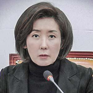 10日、ソウルで記者会見する韓国野党・自由韓国党の羅卿★・院内代表(時事)