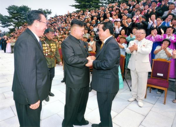 ▲平和自動車パクサングォン社長が2013年7月30日、キム·ジョンウンと会話している。