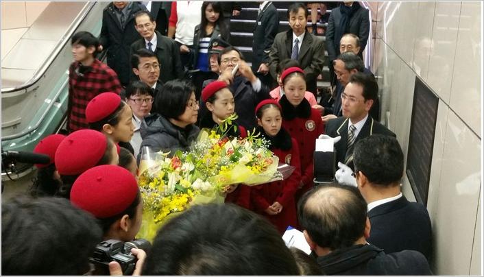 ▲故・李秀賢さんの碑文の前で弔問するリトルエンジェルス
